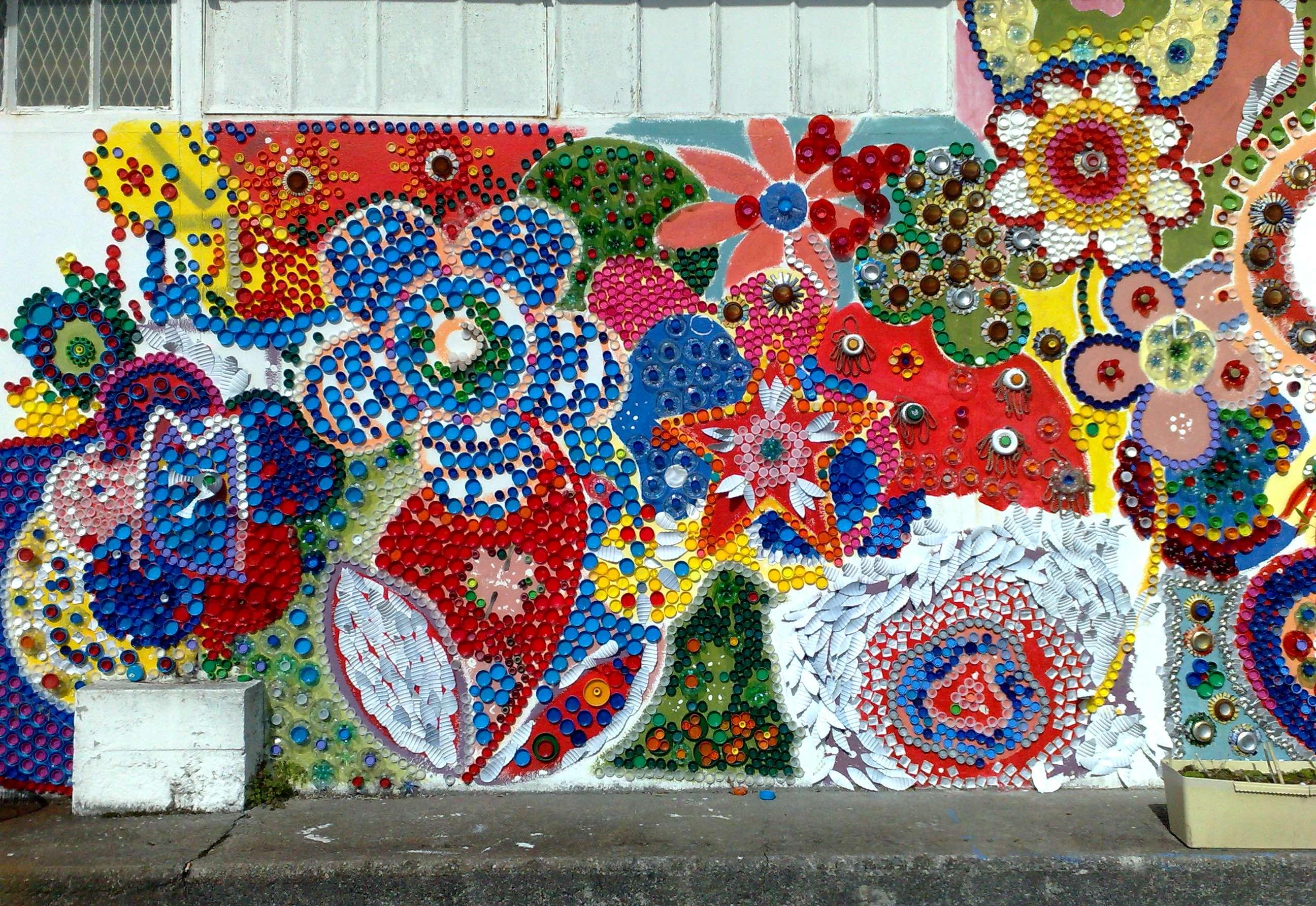 Art urbain: bouchons de bouteilles en plastique et tricot