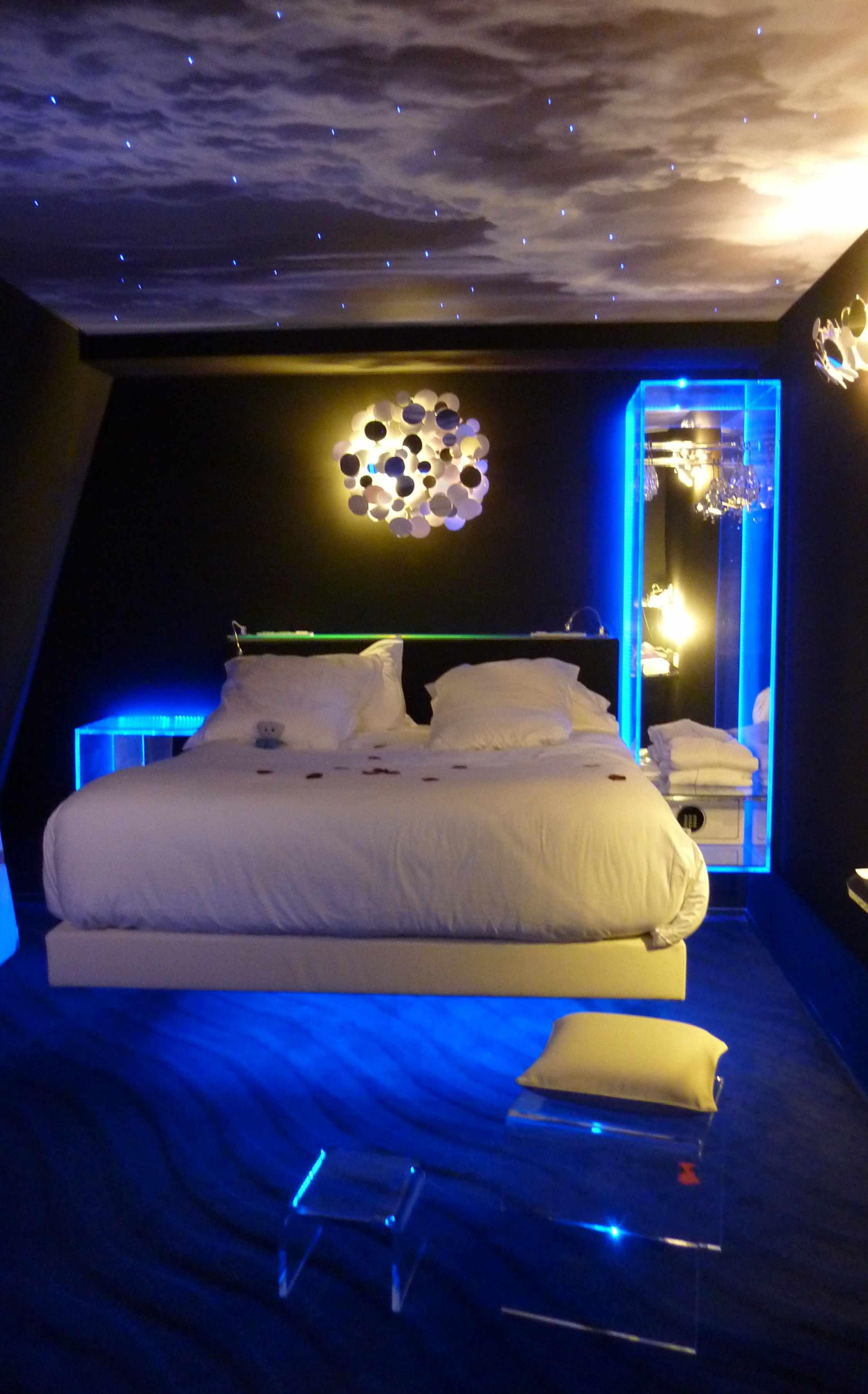 Chambre lit suspendu lavieenrouge for Chambre de nuit de noce