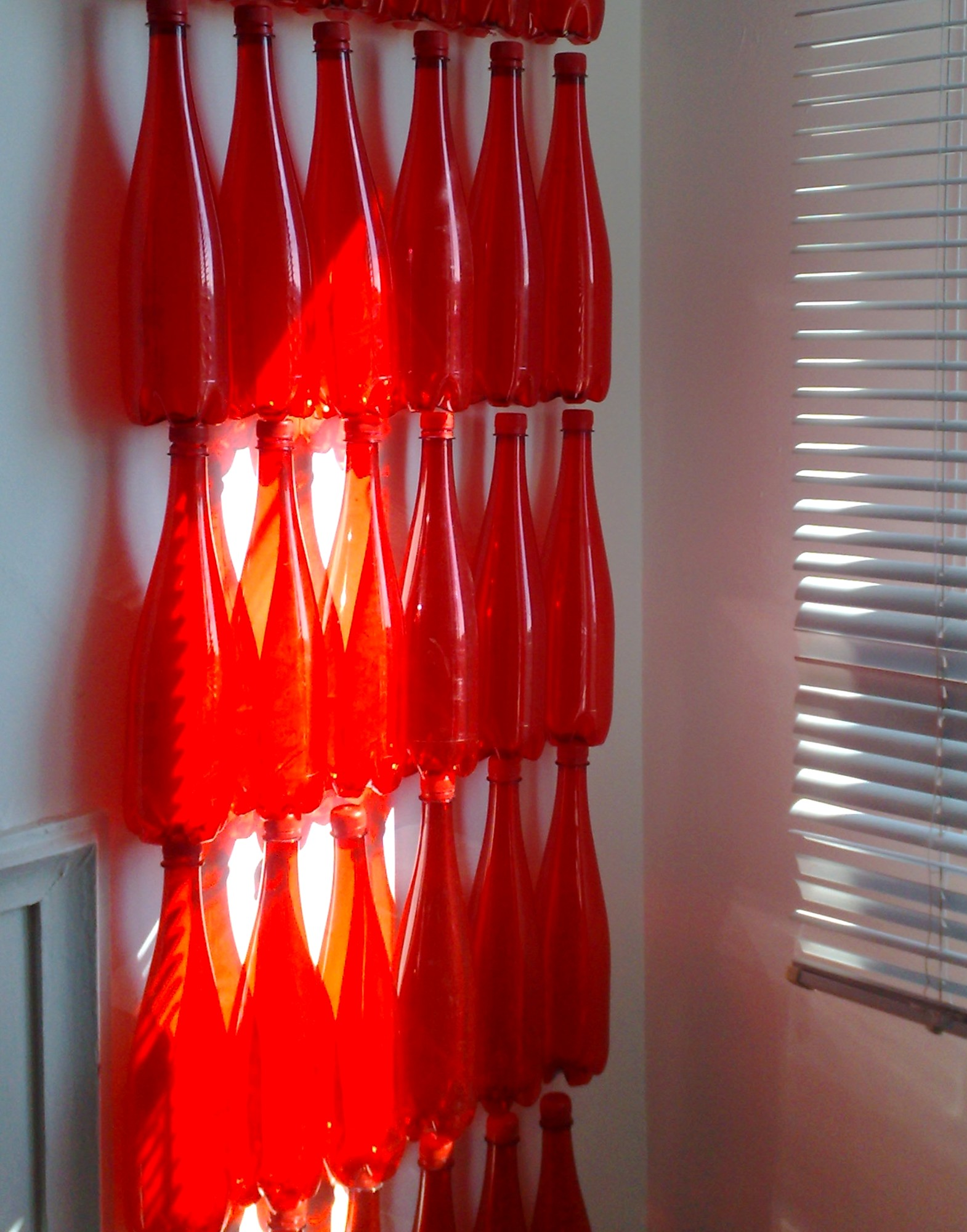 Ma d co avec des bouteilles de badoit rouge lavieenrouge - Decorer une bouteille en plastique ...