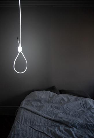 une lampe et une corde pour se pendre lavieenrouge. Black Bedroom Furniture Sets. Home Design Ideas