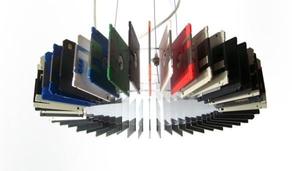 lampe et disquettes recyclées