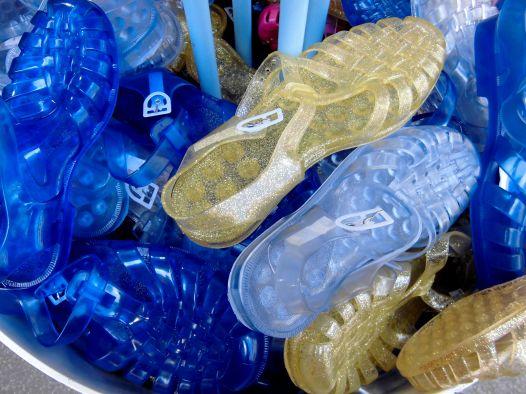 méduses ou chaussures en plastique