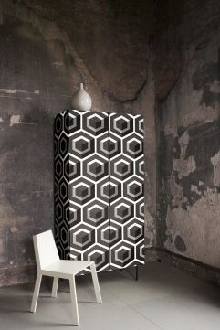 papier peint collé sur un meuble