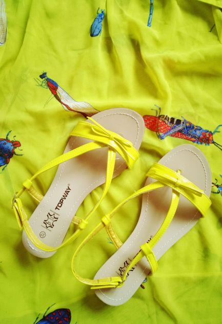 sandales jaunes et blouze Zara