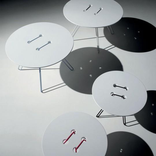 Tables-basses-noires-et-blanches-en-forme-de-gros-boutons-540x540