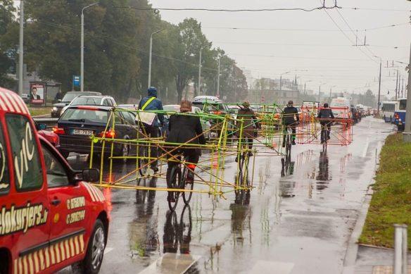 Des-structures-de-vélo-en-bambou-pour-montrer-l-espace-que-prennent-les-voitures-sur-la-route-5