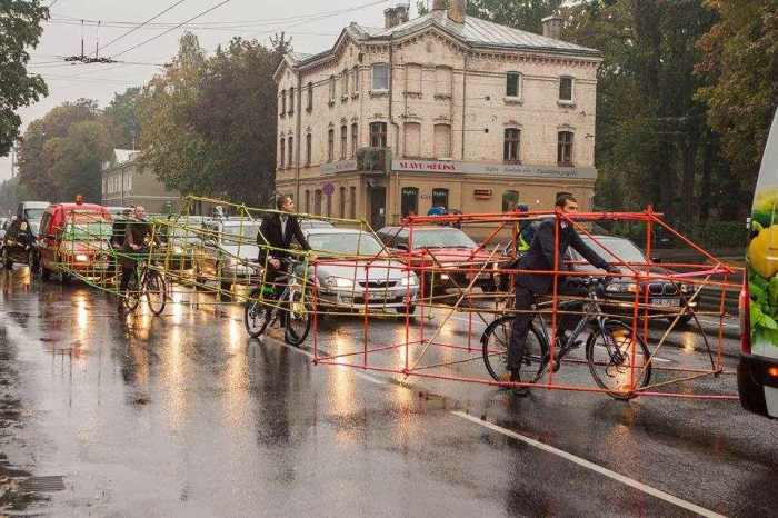 Des-structures-de-vélo-en-bambou-pour-montrer-l-espace-que-prennent-les-voitures-sur-la-route