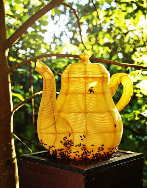 60000-abeilles-designer-sculpture-theiere-tomas-libertiny-1