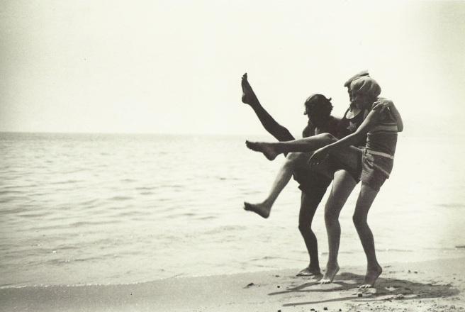 Jacques-Henri Lartigue - Véra, Bibi, Arlette sur la plage de Cannes, mai 1927
