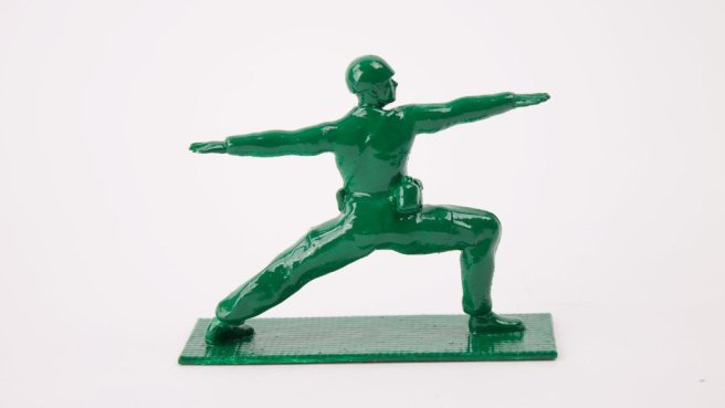 Soldat qui fait du yoga