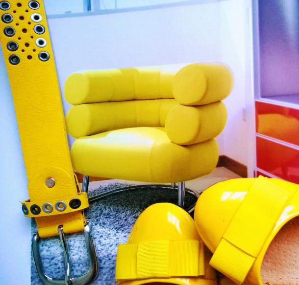 ceinture jaune et chaussures jaunes
