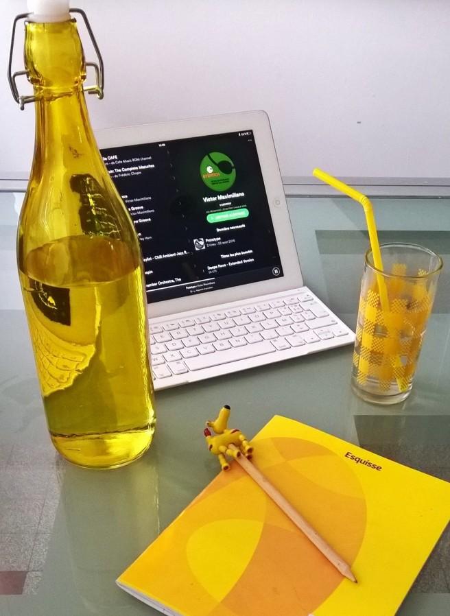 bouteille jaune vintage